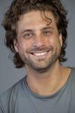 Retrato de un hombre joven sonriente fotografía de archivo
