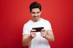 Retrato de un hombre joven sonriente en la camiseta blanca Fotos de archivo libres de regalías