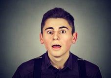 Retrato de un hombre joven sorprendido Fotos de archivo libres de regalías