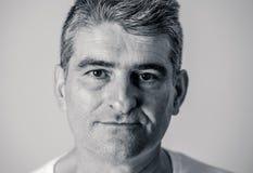 Retrato de un hombre maduro atractivo que mira relajado y serio neutrales en emociones humanas de las expresiones faciales aislad fotografía de archivo