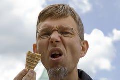 Retrato de un hombre maduro con el cono de helado Imagen de archivo libre de regalías