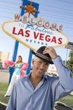 Retrato de un hombre maduro feliz que sostiene el sombrero Imagen de archivo libre de regalías