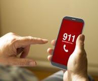 Retrato de un hombre maduro que llama número de emergencias en un móvil Fotografía de archivo