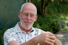 Retrato de un hombre maduro que se relaja en el jardín Foto de archivo libre de regalías