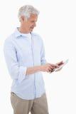 Retrato de un hombre maduro que usa un ordenador de la tableta Imágenes de archivo libres de regalías