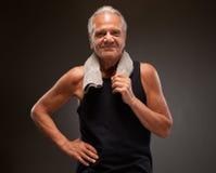 Retrato de un hombre mayor confiado que presenta con las manos en caderas Imagen de archivo