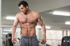 Retrato de un hombre melenudo muscular físicamente cabido foto de archivo