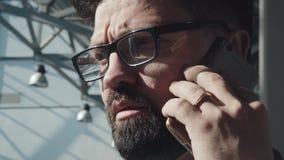 Retrato de un hombre de negocios moderno de la perspectiva en el edificio de alta tecnología almacen de video