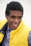 Retrato de un hombre negro joven con la expresión feliz en cara Imagen de archivo libre de regalías