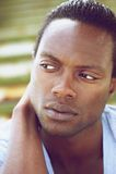 Retrato de un hombre negro joven hermoso que mira lejos Imagen de archivo libre de regalías