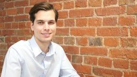 Retrato de un hombre profesional joven de moda, sonriendo almacen de metraje de vídeo