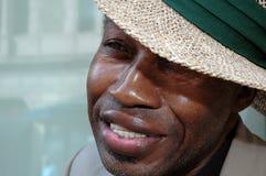 Retrato de un hombre que desgasta un sombrero de paja Foto de archivo libre de regalías