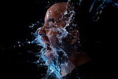 Retrato de un hombre que es agua lanzada en la cara Fotos de archivo libres de regalías