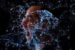 Retrato de un hombre que es agua lanzada en la cara Fotografía de archivo libre de regalías