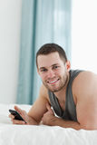 Retrato de un hombre que usa su teléfono móvil Foto de archivo