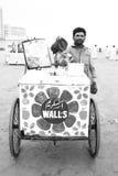 Retrato de un hombre que vende el helado en la playa de Clifton Fotografía de archivo