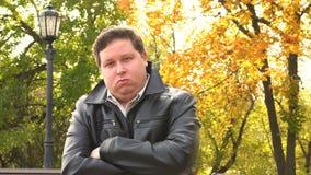 Retrato de un hombre serio en una chaqueta de cuero negra almacen de metraje de vídeo