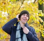 Retrato de un hombre sonriente que se coloca al aire libre con el sombrero Foto de archivo libre de regalías