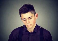 Retrato de un hombre triste que mira abajo Fotos de archivo