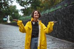 Retrato de un impermeable que lleva del adolescente feliz Imagen de archivo