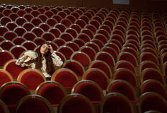 Retrato de un inconformista bonito de la muchacha en un sombrero que lleva del cine, soñando solamente Imagen de archivo