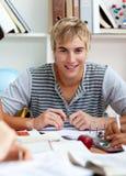 Retrato de un individuo adolescente que estudia en la biblioteca Imagen de archivo