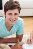 Retrato de un individuo adolescente que hace la preparación Imagen de archivo libre de regalías
