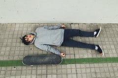 Retrato de un individuo con un monopatín Skater en la calle foto de archivo libre de regalías