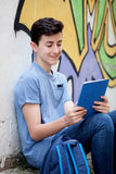 Retrato de un individuo del adolescente con una tableta en la calle Imágenes de archivo libres de regalías