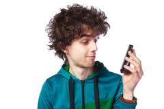 Retrato de un individuo hermoso con un teléfono móvil Foto de archivo libre de regalías