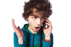 Retrato de un individuo hermoso con un teléfono móvil Fotografía de archivo libre de regalías