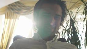 Retrato de un individuo hermoso joven aislado en un fondo soleado metrajes