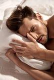 Retrato de un individuo hermoso que descansa en el apartamento del ` s del hotel Imagenes de archivo