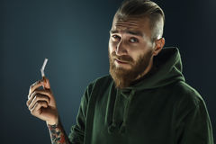 Retrato de un individuo joven a abandonar el fumar fotos de archivo libres de regalías