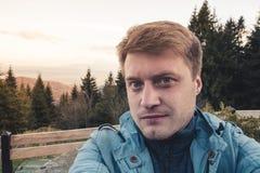 Retrato de un individuo sonriente hermoso joven que toma un agai del selfie fotos de archivo libres de regalías