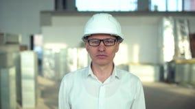 Retrato de un ingeniero de sexo masculino en casco Retrato del hombre de negocios en Warehouse industrial A cámara lenta aeroduct metrajes