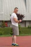 Retrato de un instructor masculino Holding Clipboard Outdoor Fotos de archivo libres de regalías