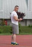 Retrato de un instructor masculino Holding Clipboard Outdoor Imagen de archivo libre de regalías