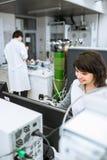 Retrato de un investigador de sexo femenino que hace la investigación en un laboratorio Imágenes de archivo libres de regalías