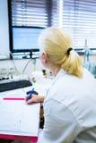 Retrato de un investigador de sexo femenino que hace la investigación en un laboratorio Imagen de archivo