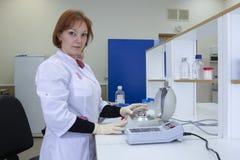 Retrato de un investigador de sexo femenino que hace la investigación en un laboratorio fotos de archivo