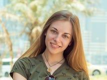 Retrato de un joven y muchacha sonriente en día de verano Fotos de archivo