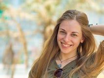 Retrato de un joven y muchacha sonriente en verano Fotos de archivo