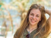 Retrato de un joven y muchacha sonriente en verano Foto de archivo