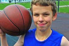 Retrato de un jugador de básquet joven con una bola Fotos de archivo