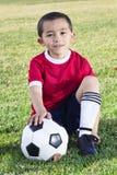 Retrato de un jugador de fútbol hispánico joven imagenes de archivo