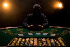 Retrato de un jugador de póker profesional que se sienta en la tabla del póker Fotos de archivo libres de regalías