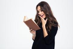 Retrato de un libro de lectura de risa de la mujer Fotos de archivo