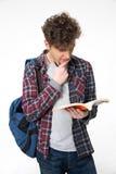 Retrato de un libro de lectura del hombre joven Foto de archivo