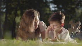 Retrato de un más viejo tiempo del gasto de la hermana con aire libre del libro o de la revista de lectura del hermano menor El m almacen de video